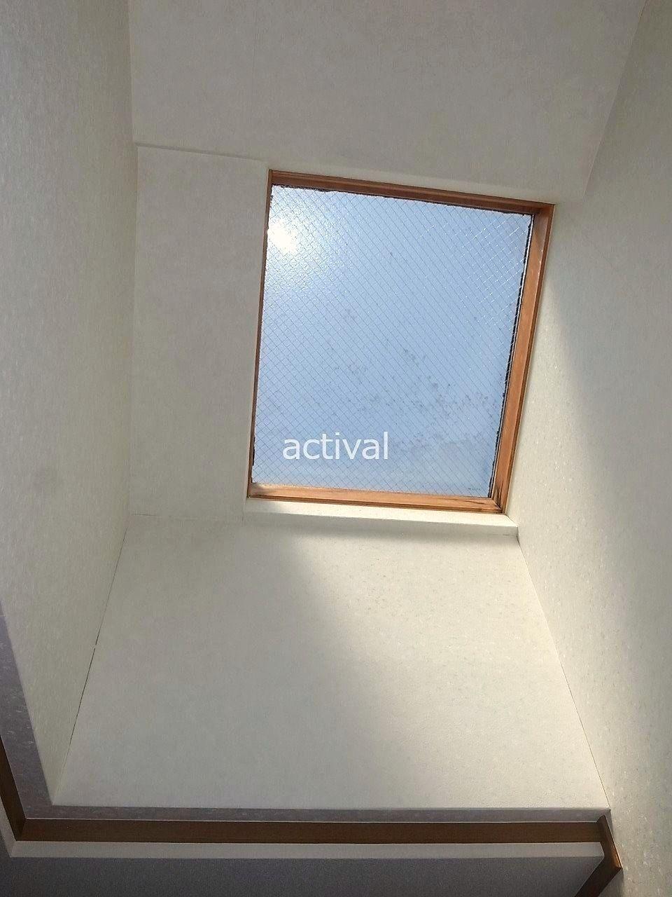洋室の天窓は空から自然の光が降り注いでくるので、明るく過ごすことができます。