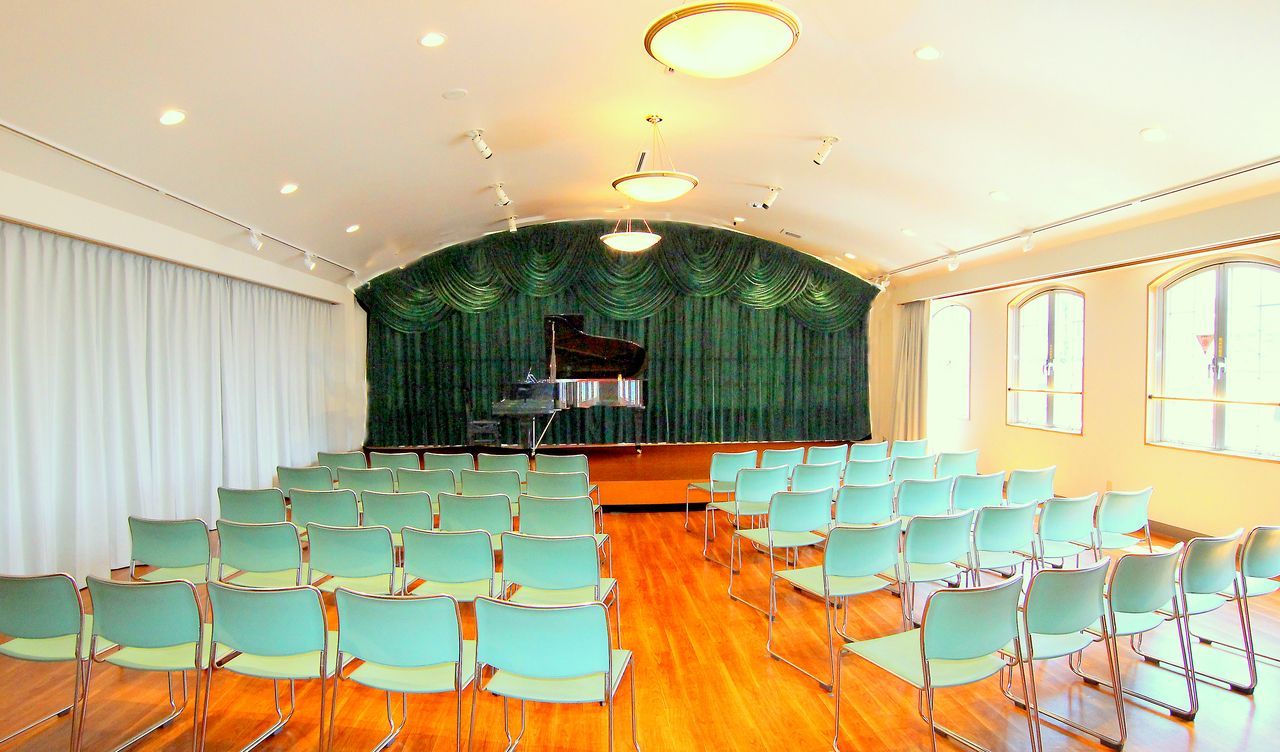 100名収容の貸ホールです。小規模のコンサートなどにご利用頂けます。