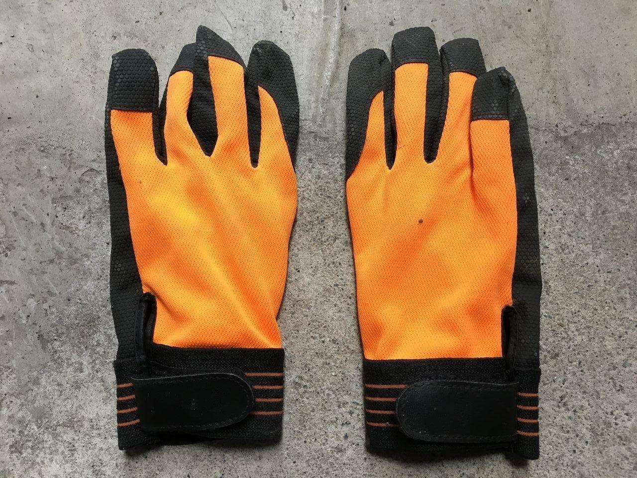 ワークマンの薄手の皮手袋(手の甲側)です!!