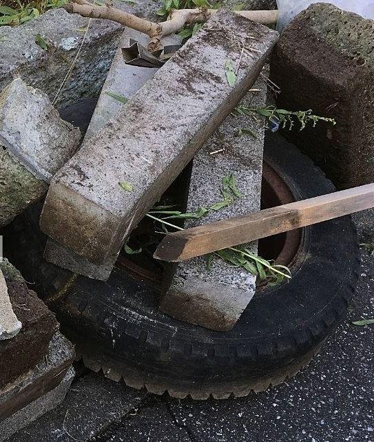 売地内には不法投棄されたタイヤなどがありました!