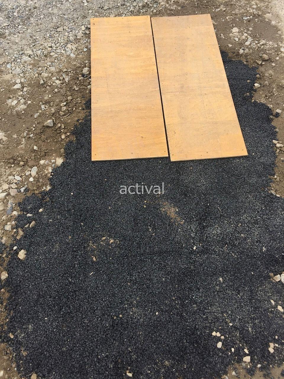 アスファルト補修材の上に板を置きます!
