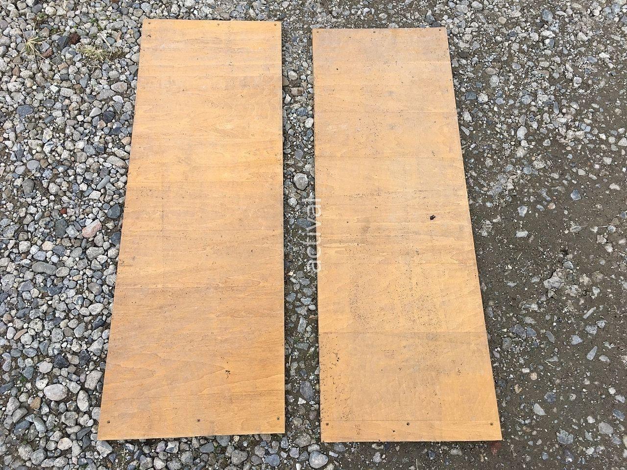 アスファルト補修材を固めるために板を使います!