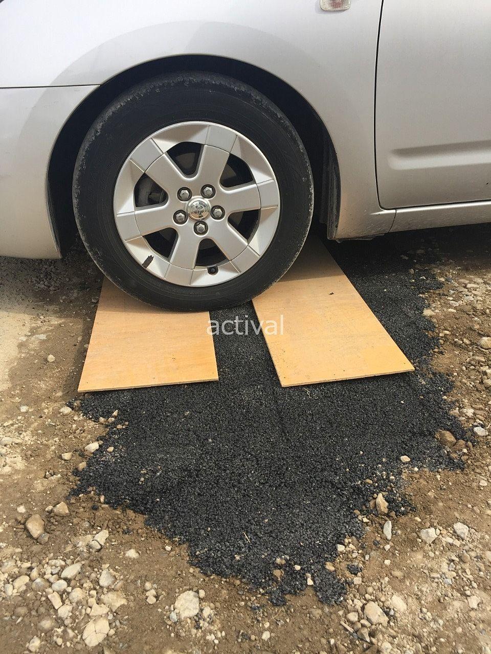 板の上を車を使って(タイヤで)踏みます!