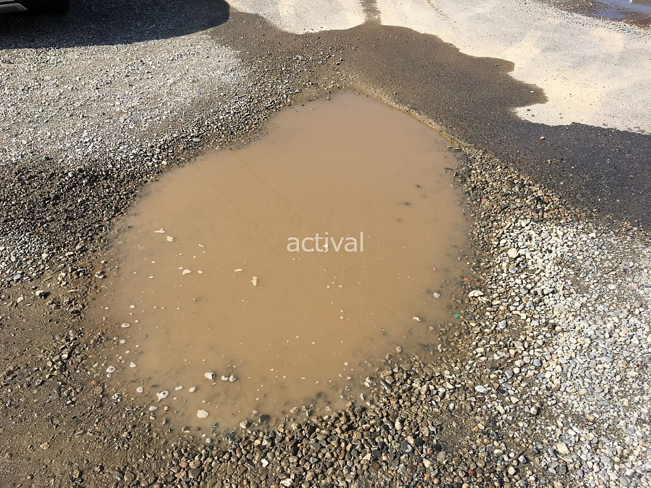 月極駐車場の窪みに雨が降るとこのように水たまりができてしまいます!