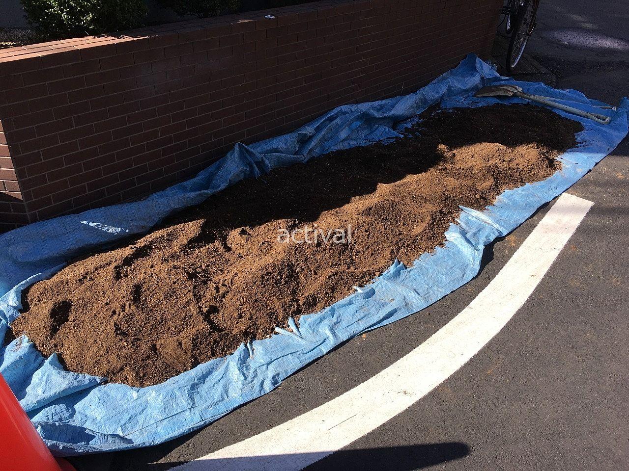 土を乾かすために、日に当ててしばらく土を放置します!