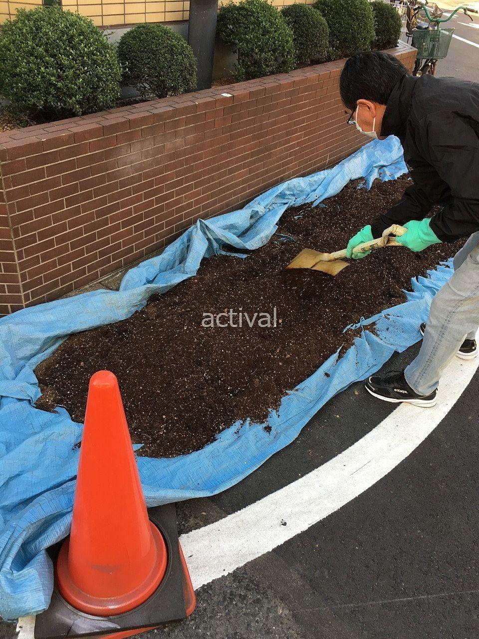 プランターの土と肥料を混ぜます!