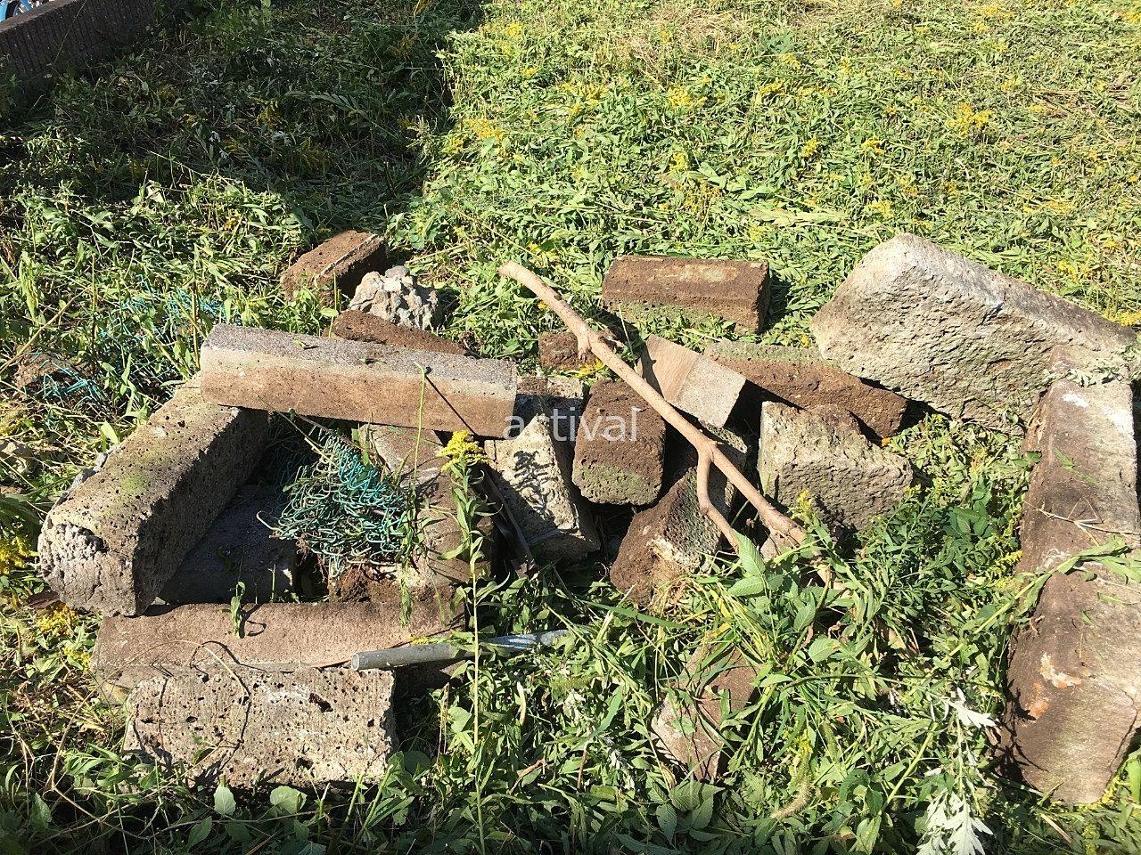 土地の除草作業をして出てきたコンクリートブロックです!