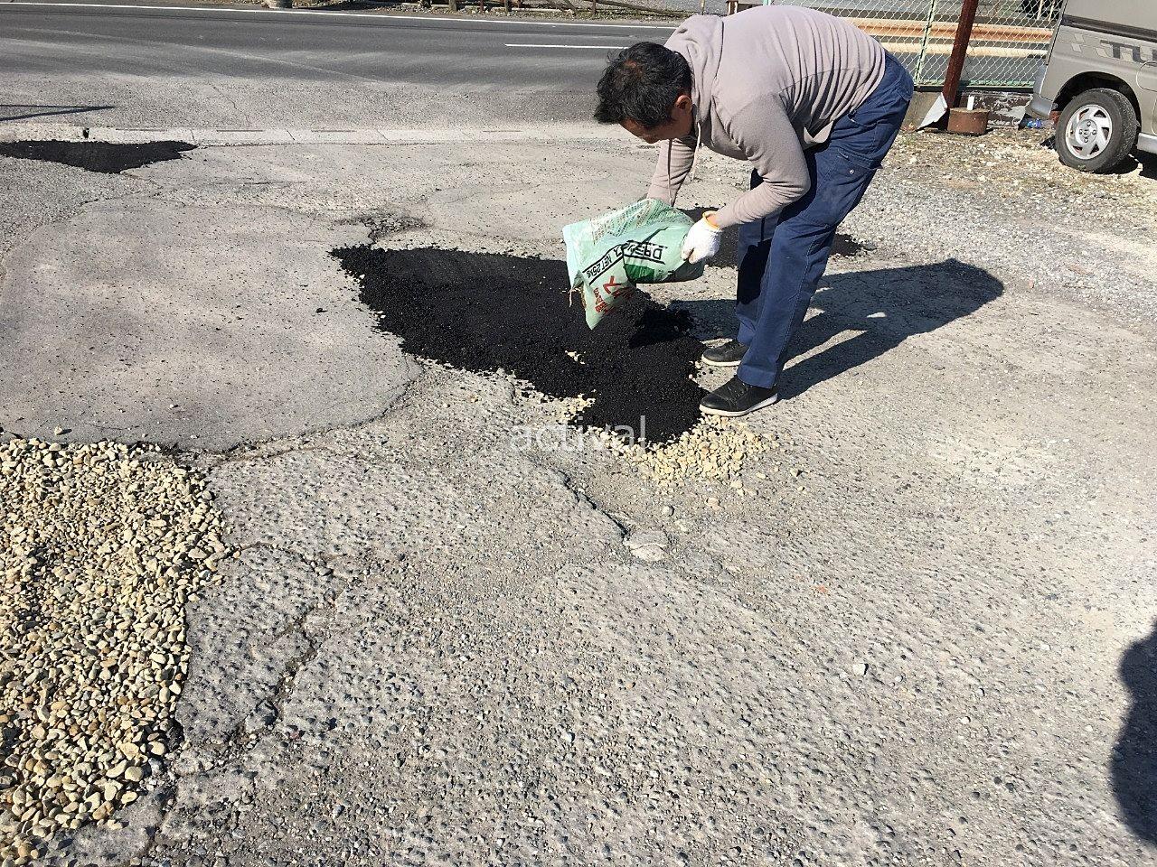 砂利の上にアスファルト補修材を入れます!