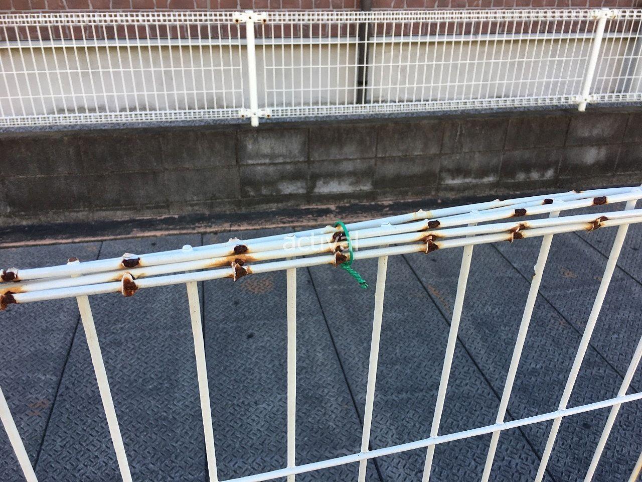 フェンスの劣化部分を針金で止めています!