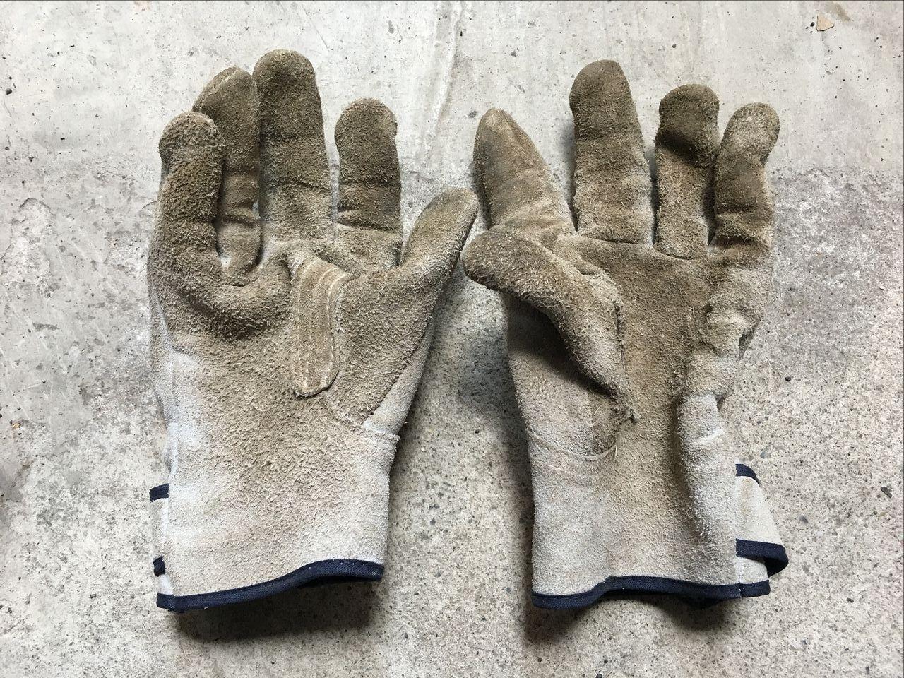 月極駐車場の尖ったりトゲのある枝や雑草などを掴む時に使う厚手の皮手袋です。