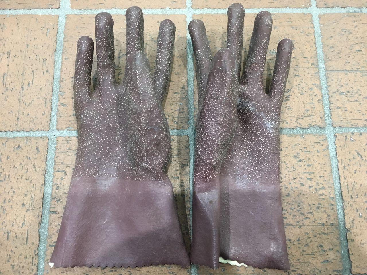 月極駐車場の除草剤撒きで使う作業用のゴム手袋です。