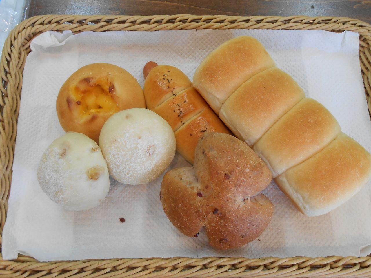 ベーカリートミタさんで人気のちぎりパン・チーズボール・くるみパンなどです!