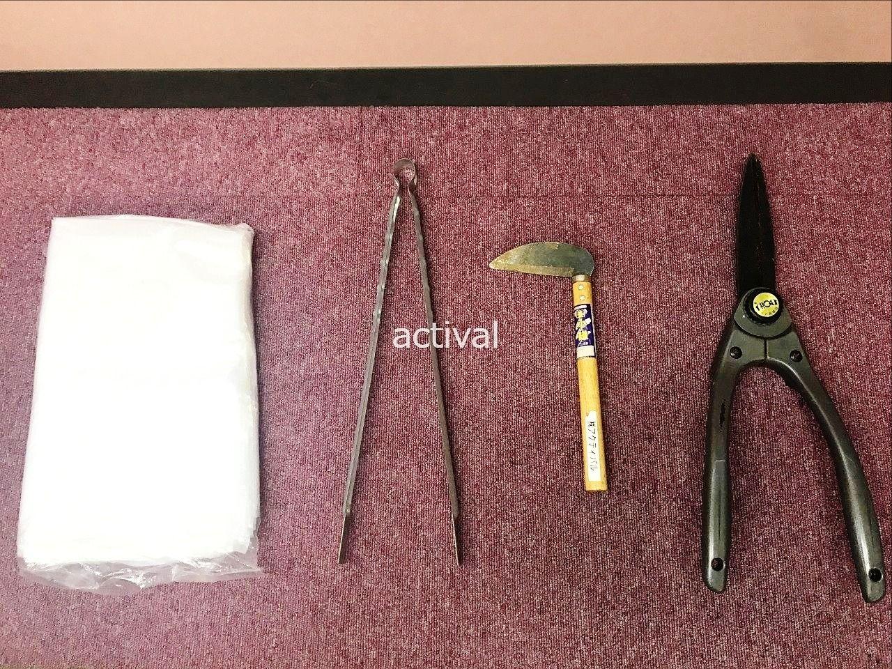当社で使っている除草作業道具のゴミ袋・トング・鎌・枝切りバサミです。