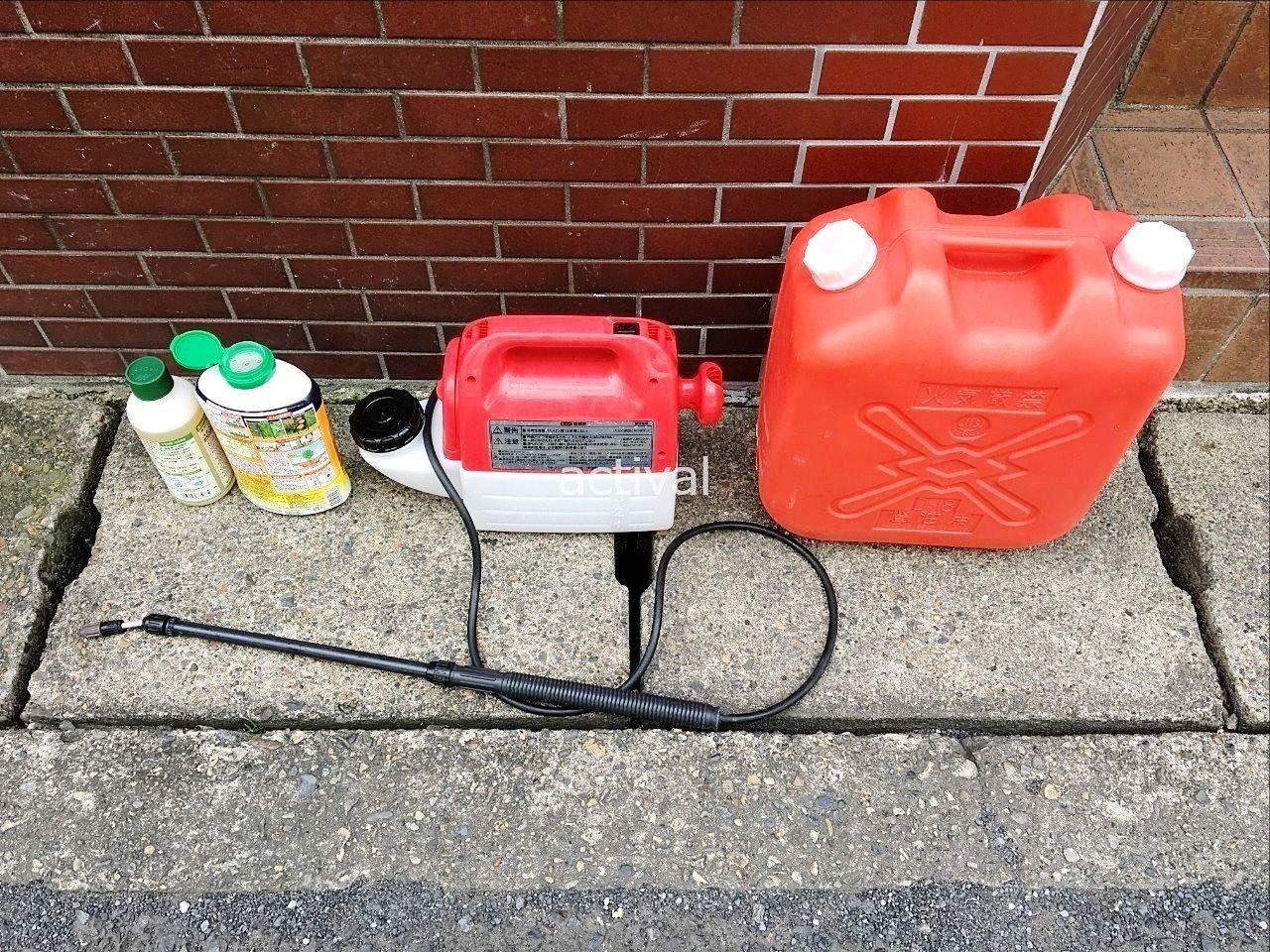 当社で使っている除草作業道具の除草剤・噴霧器・ポリタンクです。