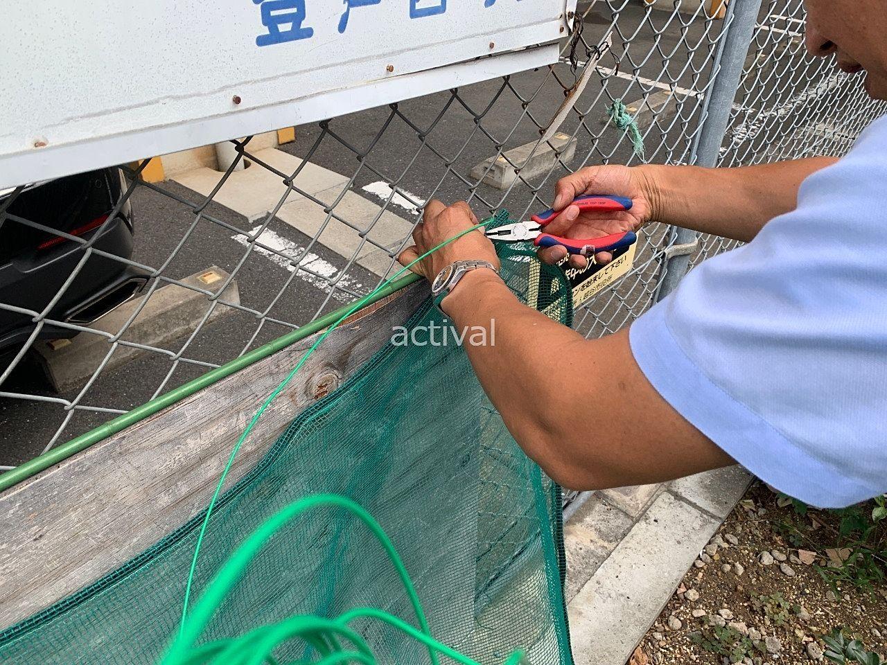 当社にあった道具を使ってゴミ集積所のネットを補修します!