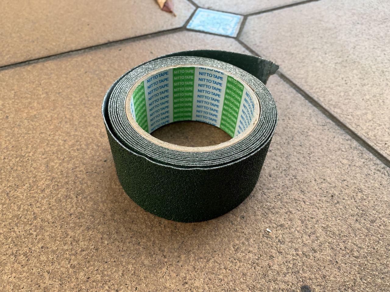 すべり防止テープをスロープに貼ります。