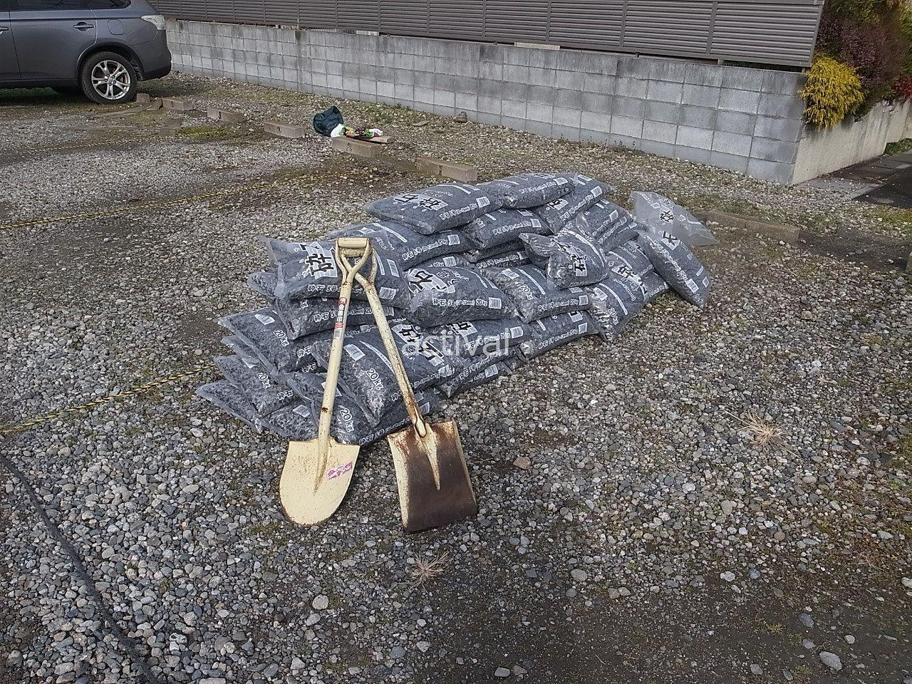 ホームセンターで買った砕石50袋です。