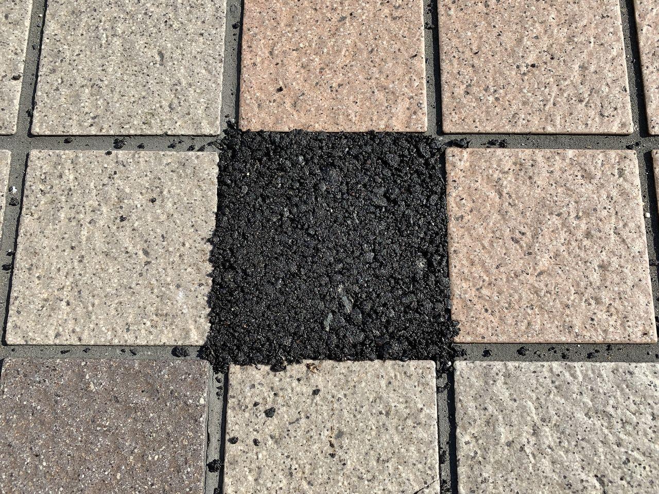 補修材を使って歩道のタイルを補修しました!