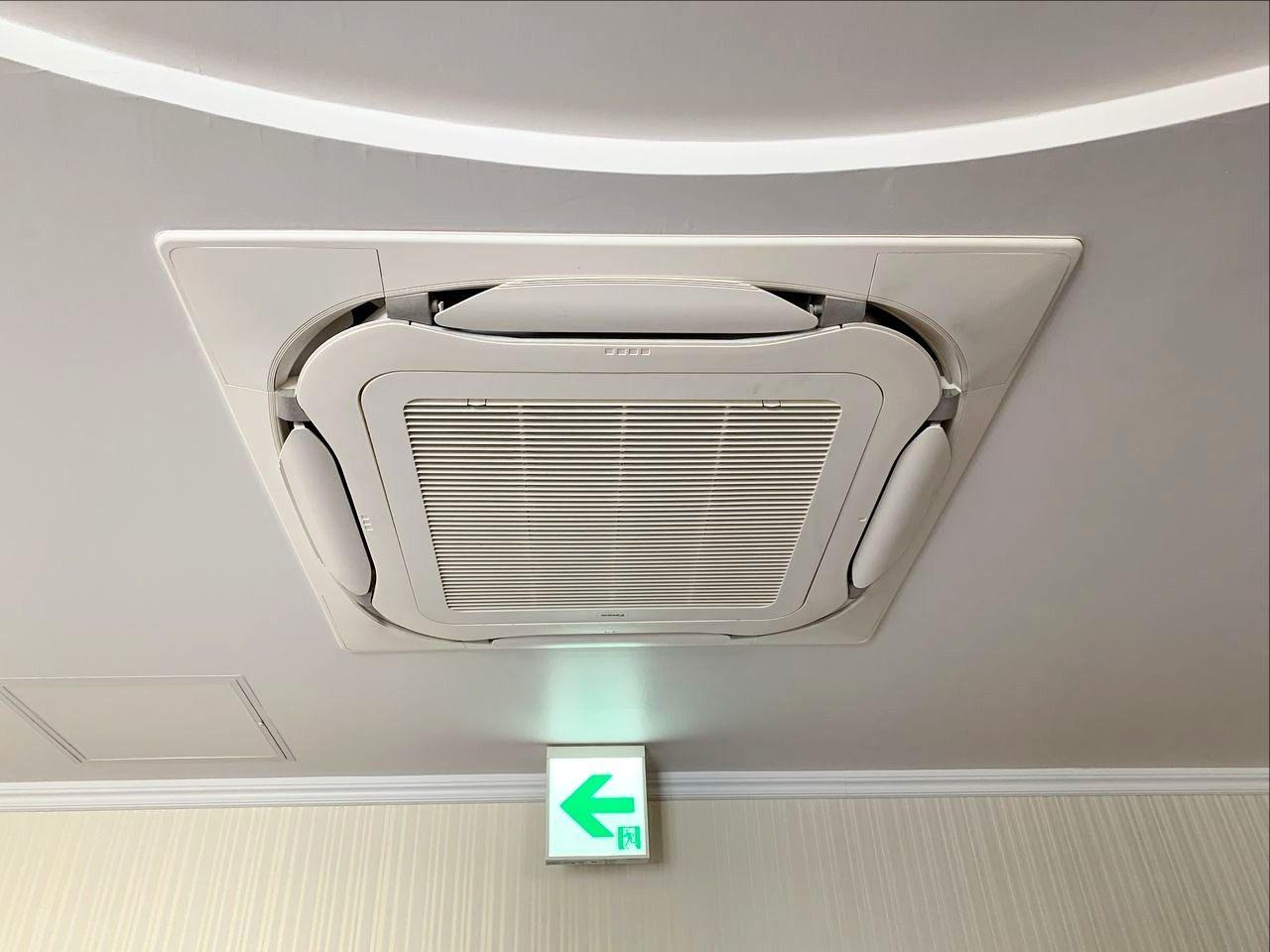 ア・ス・ヴェルデホールロビーのエアコンフィルターを清掃しました!