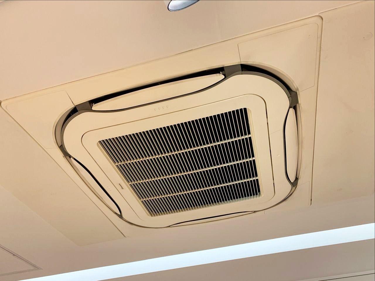 ア・ス・ヴェルデホール内のエアコンフィルターを清掃しました!