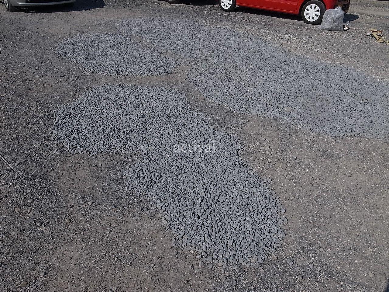 大型月極駐車場の窪みに砕石(さいせき)を入れた穴埋め補修 ~アクティバルの月極駐車場管理59~