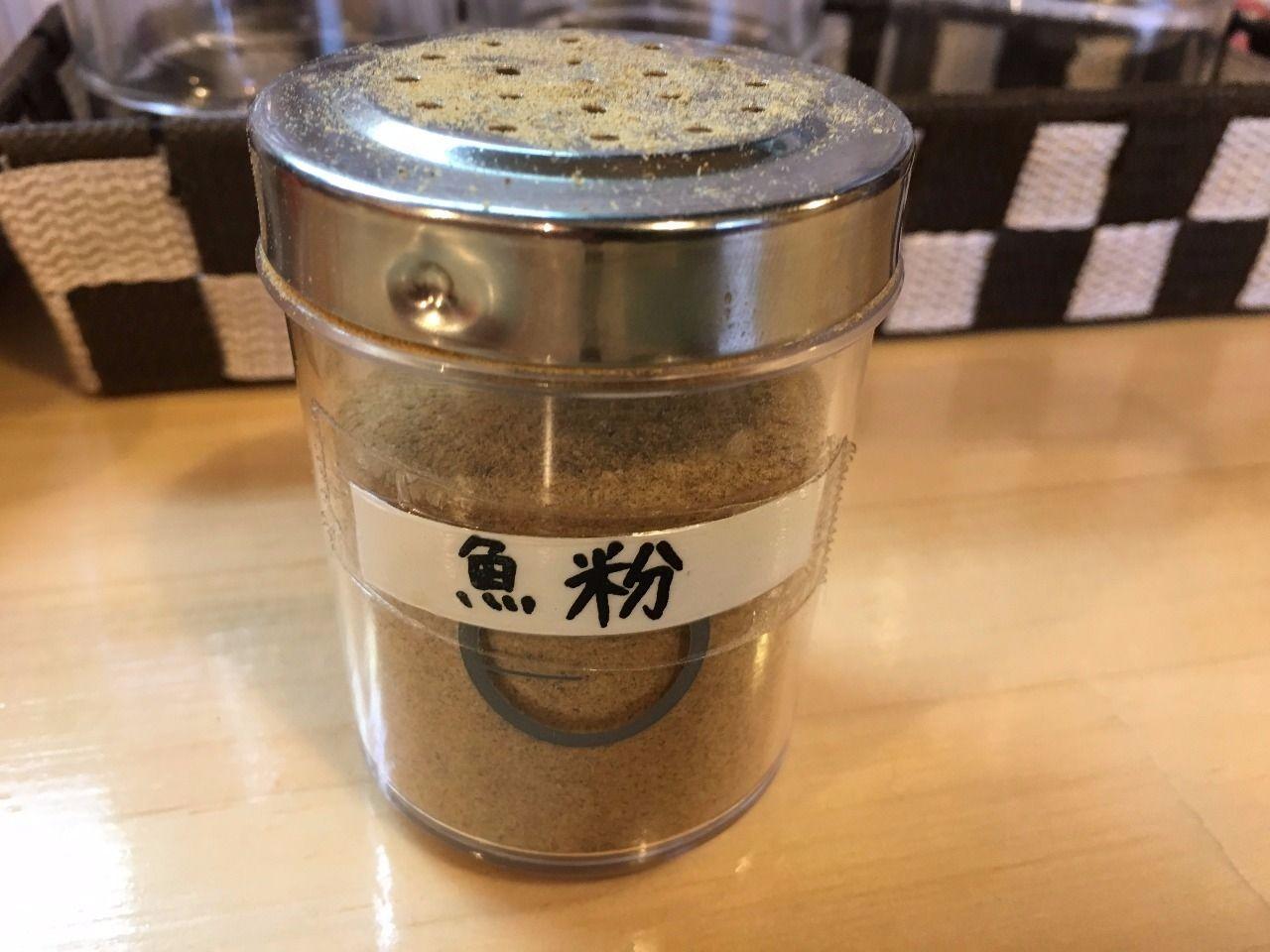つけ麺に魚粉パウダーを入れて味に変化をつけます!
