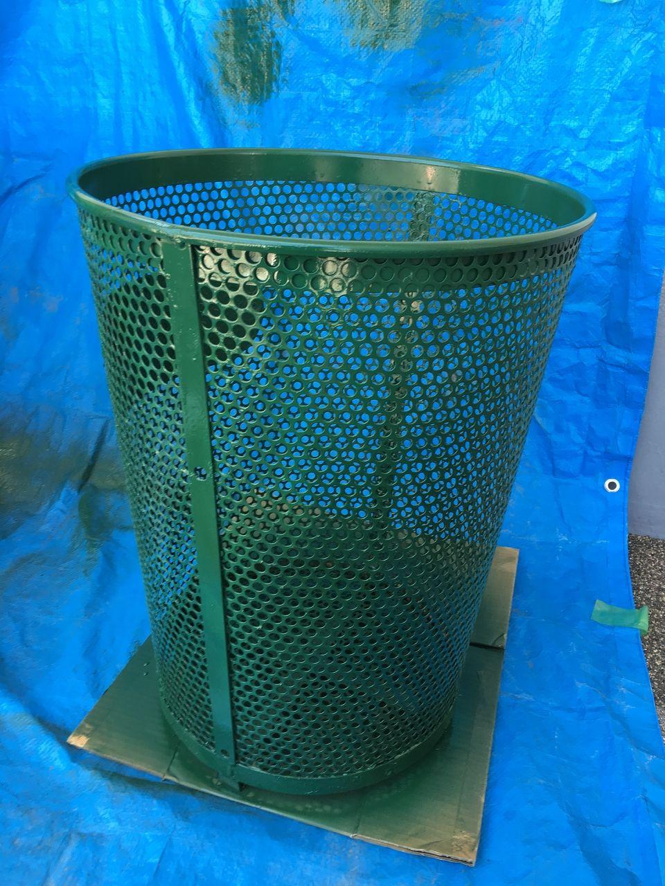 ゴミ箱を緑に塗装しました!!