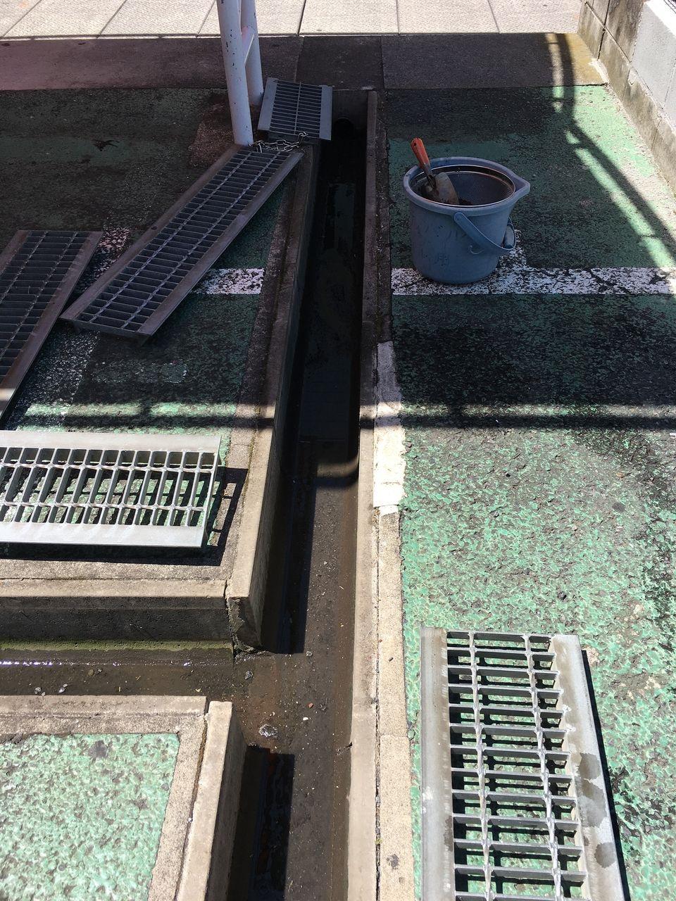 ア・ス・ヴェルデⅡ自転車置場前の排水溝清掃です!!