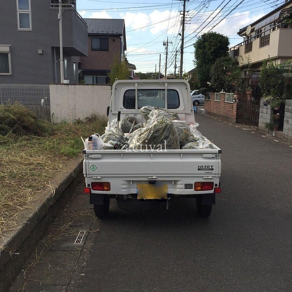 軽トラックに積まれた売地の雑草です。
