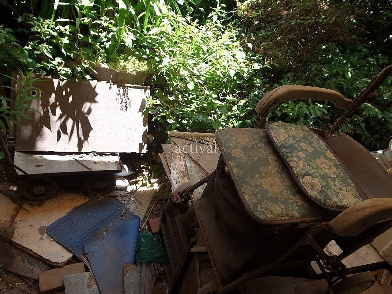 空き家の庭にある前の所有者が残した荷物です。