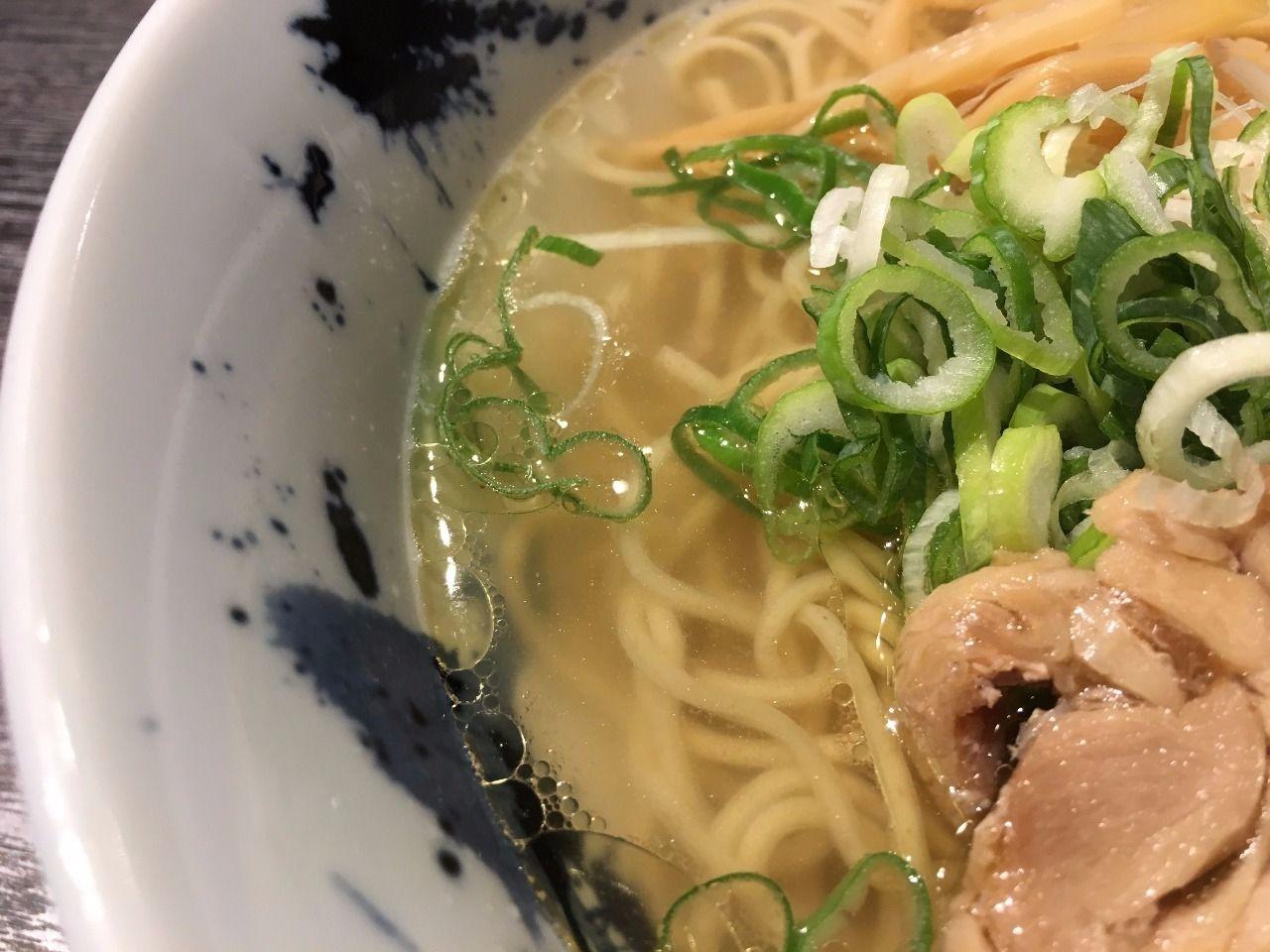 雫一さんの鶏そばのスープが透き通っています!