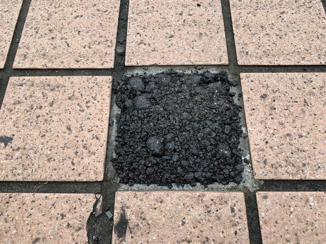 もう1ヶ所も補修材を使った歩道のタイル補修です。