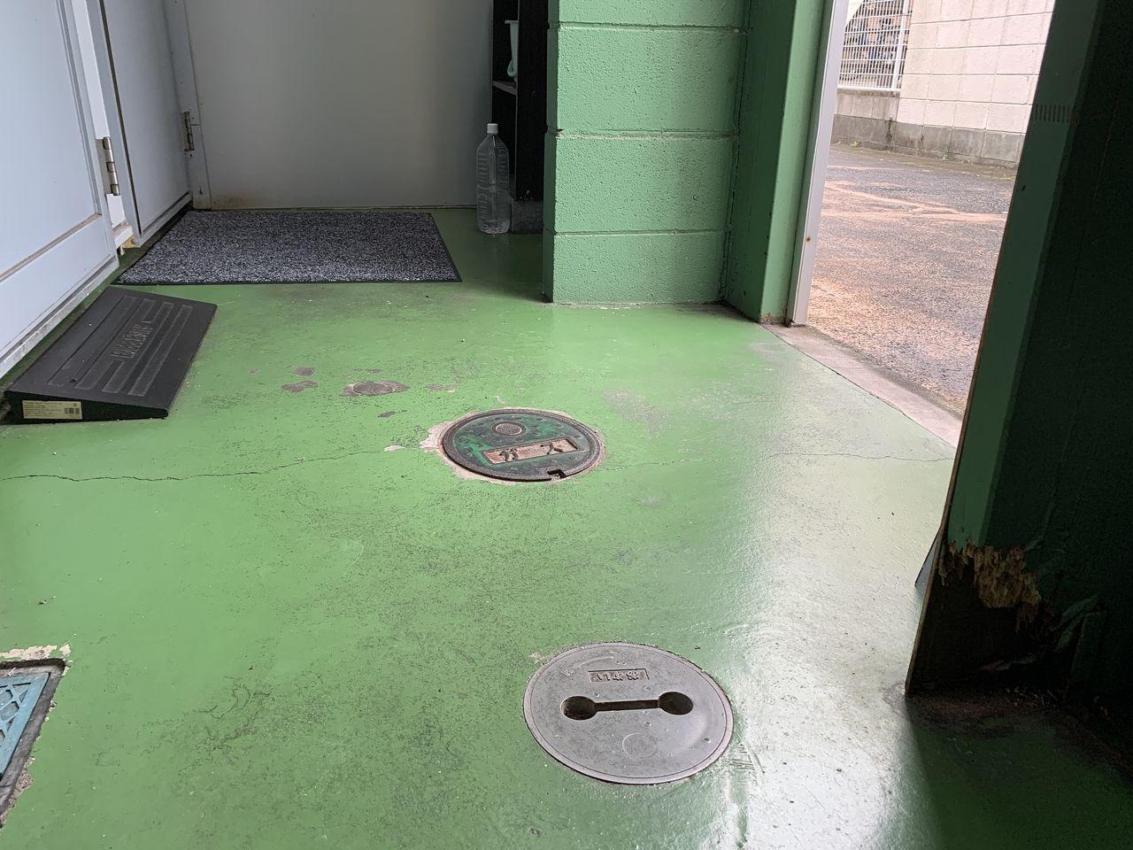 ア・ス・ヴェルデⅢの共用スペースの床の水拭き掃除をしました。