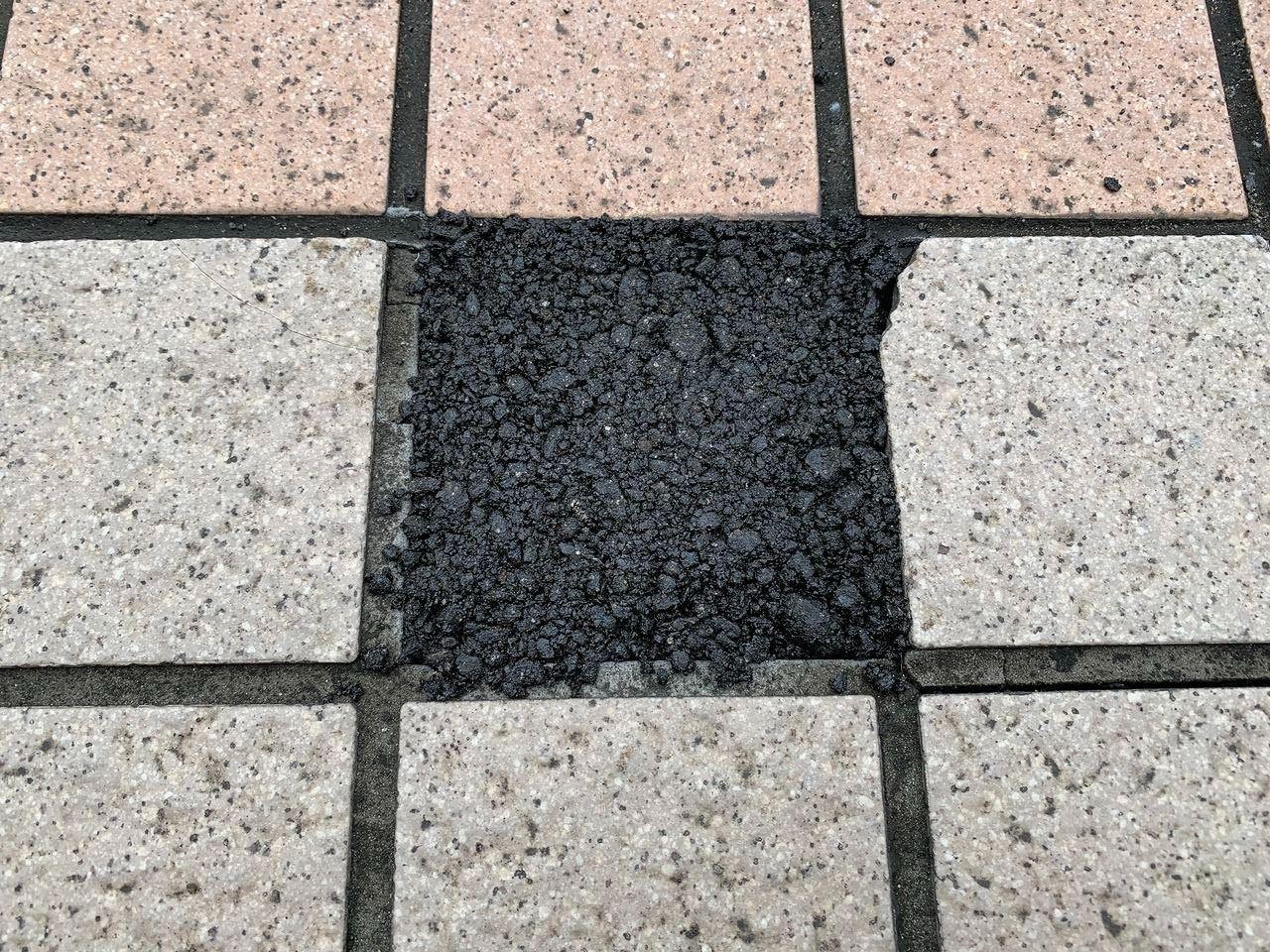 補修材を使った歩道のタイル補修です。