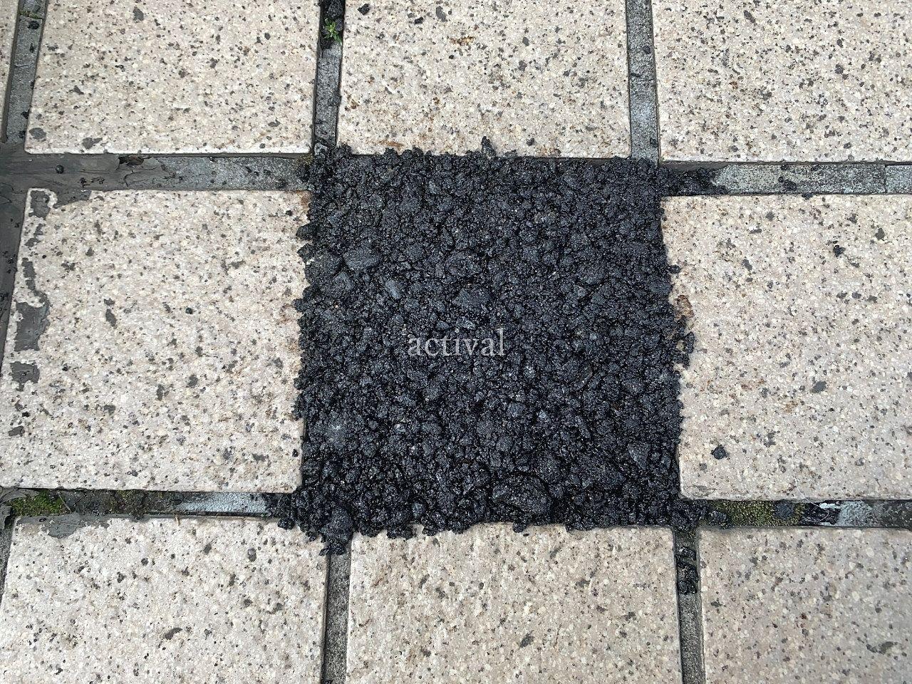 ア・ス・ヴェルデⅢ前の歩道のタイルを補修しました。