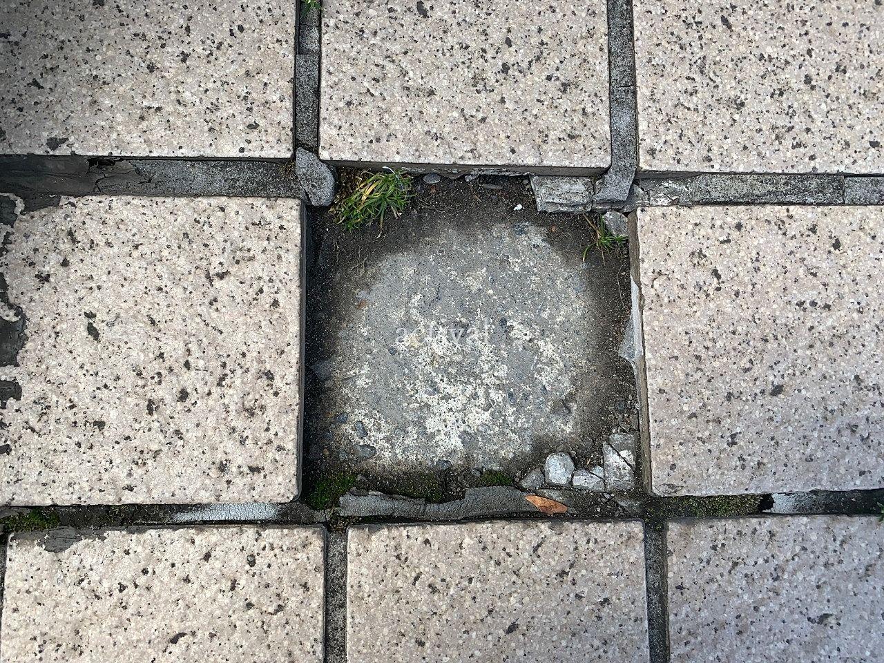 ア・ス・ヴェルデⅢ前の欠けてしまった歩道のタイルです。