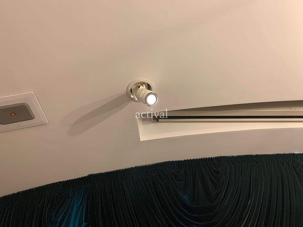 ア・ス・ヴェルデホールのスポットライトの電球交換をしました。