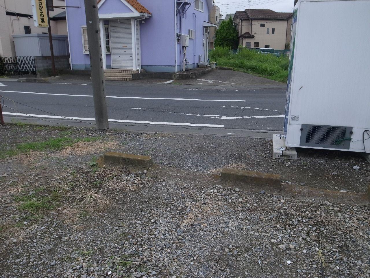 この開いたスペースから駐車場を通り抜けてしまう人がいるのです!