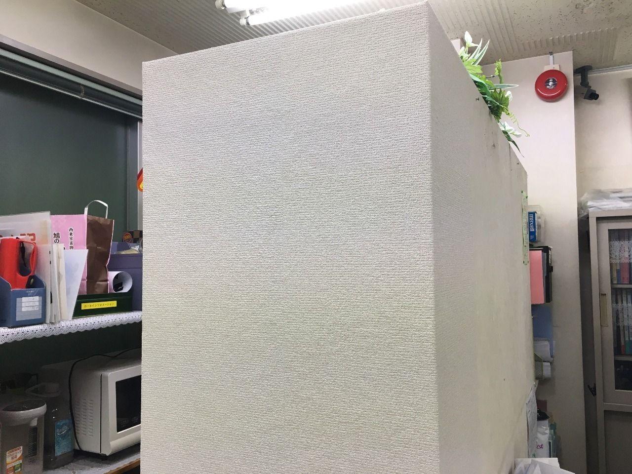ア・ス・ヴェルデ管理事務所内の壁紙をきれいに張れました!!