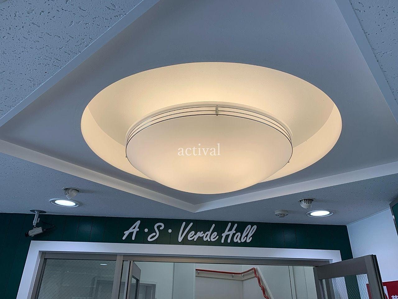 ア・ス・ヴェルデⅡのア・ス・ヴェルデホールにある照明カバー掃除です。
