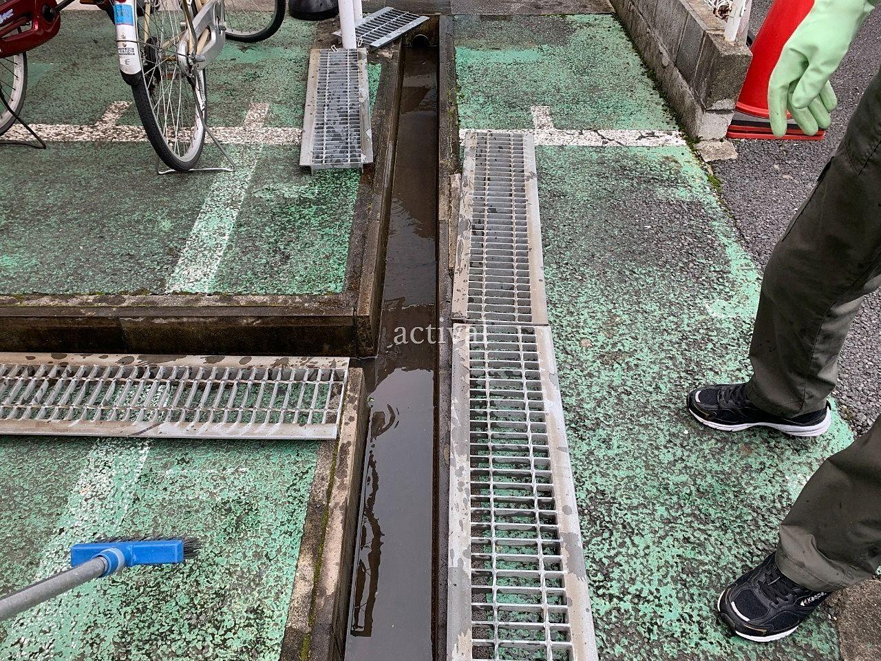 ア・ス・ヴェルデⅡの排水溝の清掃です。