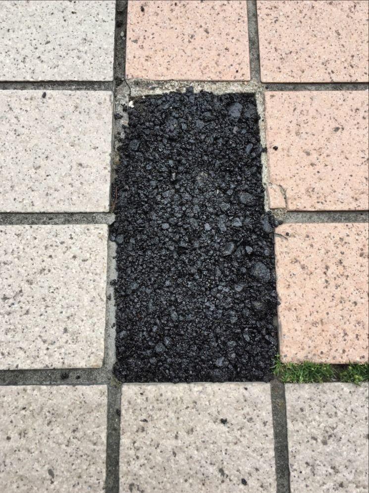 ア・ス・ヴェルデの歩道の欠けてしまったタイルを補修をしました!!