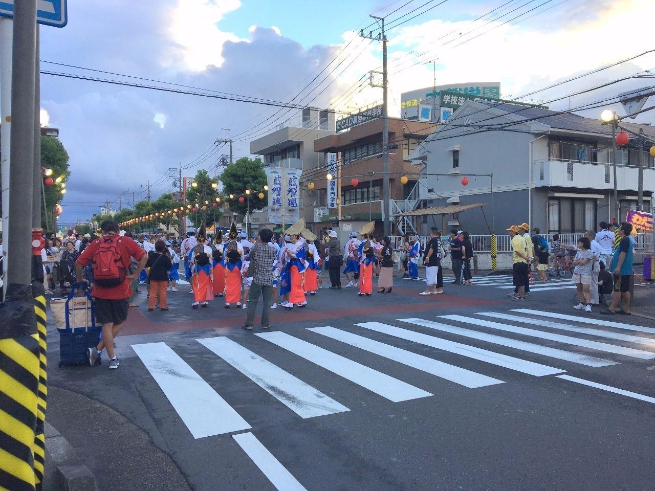 会社近くの道路でも阿波踊りです!