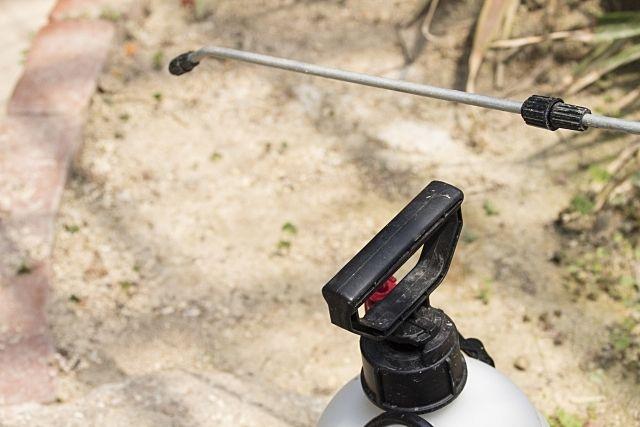 月極駐車場の雑草対策⑬ ~除草剤を撒く時に便利な道具の噴霧器~