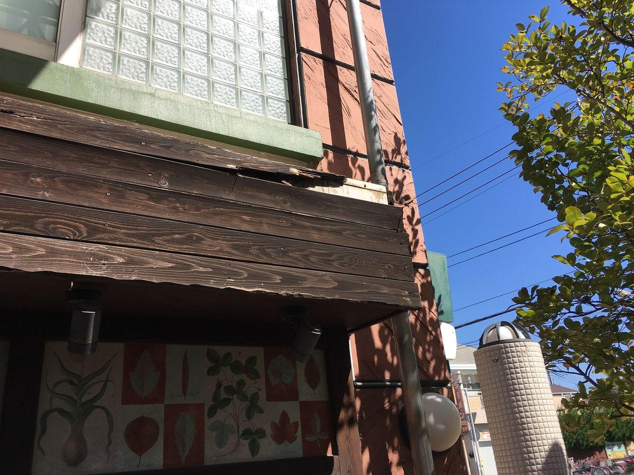 劣化と台風の影響で剥がれてしまったア・ス・ヴェルデ管理事務所前にある壁画の木枠です!